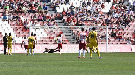 Fernando Martínez parando el penalti a Juan Muñoz en el primer tiempo.