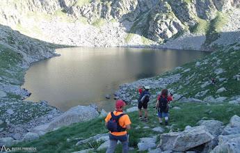 Photo: El camino bordea por la izquierda del lago de Botornás, a unos 2.330m.