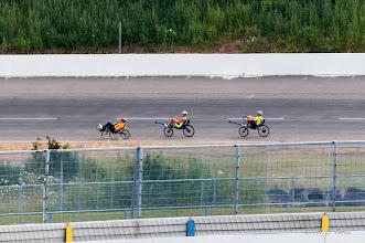 Photo: Derk en Ymte op de roeifietsen zouden het elkaar het hele weekend sportief moeilijk maken.