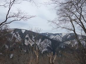 後方の展望を眺めながら登る(中央奥に峰床山)