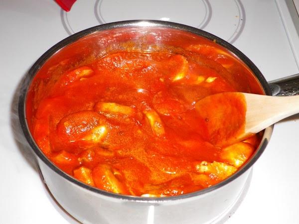 Put pasta sauce and mushrooms in saucepan and cook until mushrooms are tender.