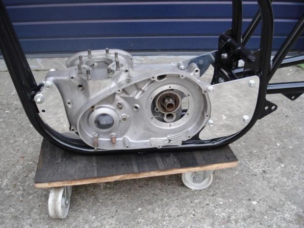 Platine sur mesure pour un Triton à moteur Triumph Bonneville ''Unit'', usiné par Machines et Moteurs.