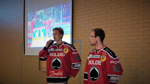 Ässien pelaajat Jussi Makkonen ja Juho Tommila kertoivat omasta arjestaan, vastailivat koululaisten kysymyksiin sekä toimittivat Ässien koulukiusaamisen vastaisen julistuksen.