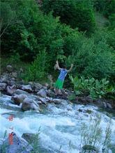 Photo: Demir tellerin üzerinden geçen bu delikanlıya köprü yapmamak için mi sular kurutulur.Tuttuğu balıkları toplu yok etmeye...
