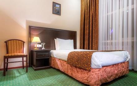 Завтрак включен в стоимость. В номере: односпальная кровать, ванная комната, телевизор, холодильник, рабочая зона, беcплатный wi-fi. Номера расположены на 4 этаже отеля.