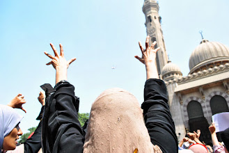 Photo: Women outside Al Fat'h Mosque express their anger at a passing military helicopter during Friday's 'Day of Rage' protest. Clashes between police and protesters broke out shortly after the noon prayer, leading to at least 95 people being killed. Cairo, EGYPT - 16/8/2013. Credit: Ali Mustafa/SIPA Press