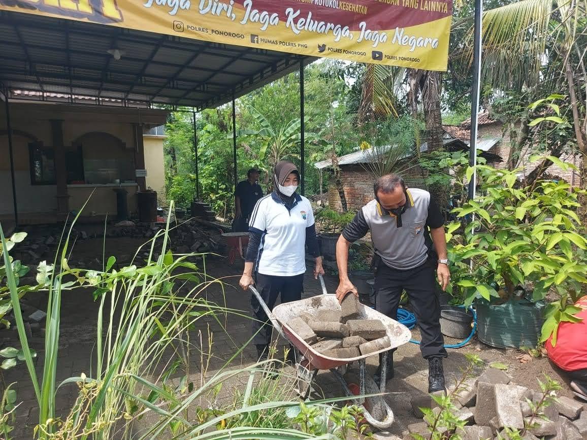 Peduli Lingkungan Anggota Polsek Sukorejo Bersih-Bersih Mapolsek