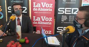 El alcalde quiso reconocer la gran labor de los agricultores almerienses.