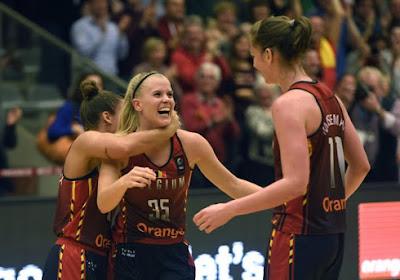 Julie Vanloo is niet alleen een fantastische basketbalspeelster, ze kan ook goed voetballen