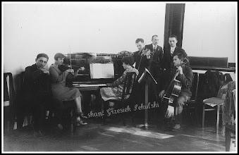 Photo: W zakopiańskim szpitalu, wśród stojących mężczyzn (w środku) stoi Władysław Polański