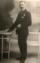 Photo: besavi patern  Joan Escapa i Renom (Barberà del Vallès, 1860 ? – † Sabadell, 1938)  Es casà amb Carme Vives i Domènech, que, nascuda a  Masllorenç (Baix Penedès), morí a Sabadell, el 23-1-1904 tercer fill d'Anton Escapa i Galceran i Rosa Renom i Girbau. Tigueren cinc fills, Anton, Pere, Maria, Joan i Jaume. De caràcter singular, esportista, bohemi, escèptic... probablement a causa de la seva viduïtat prematura, manifestava una extrema gelosia vers els seus fills i néts la qual cosa dificultava l'entesa amb les nores. Sastre de professió, conservo encara els escrits del meu pare on es rememoren un munt d'anècdotes relatives a aquest personatge, el seu avi.