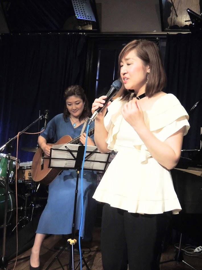 Kaoru Azuma sings to Kazue Taniyama's guitar playing
