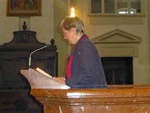 Photo: Schwester Christa Petra liest die Lesung