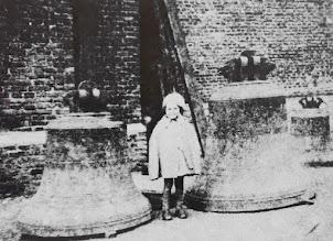Photo: 1943 De gevorderde klokken door de Duitsers van de St. Martinuskerk Princenhage. Het meisje op de foto heet Miep Helmonds