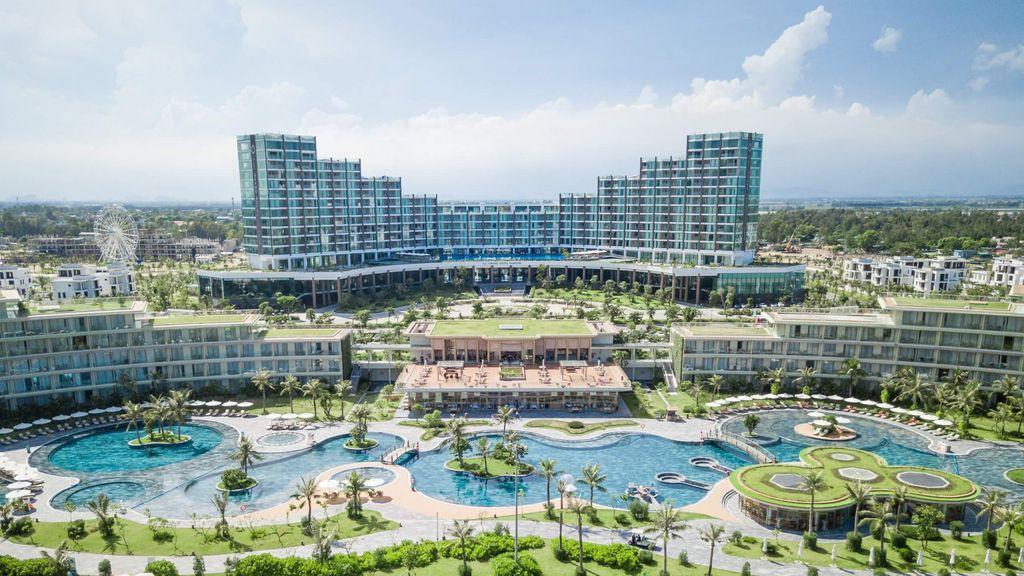 Bể bơi chính tại khách sạn FLC Luxury Hotel Samson