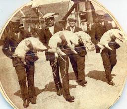Photo: Allen met een varken op de arm v.l.n.r. Kier Kamping, Jacob Vedder Rzn., Jan Bruins van Zwaontie en Lute Enting