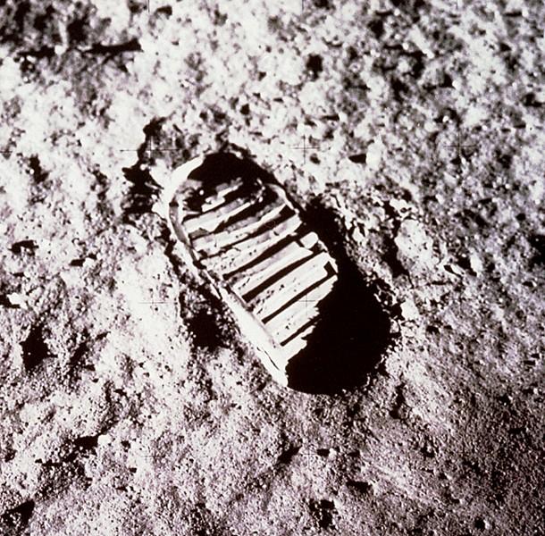 Otisk boty astronauta v měsíčním regolitu.jpg
