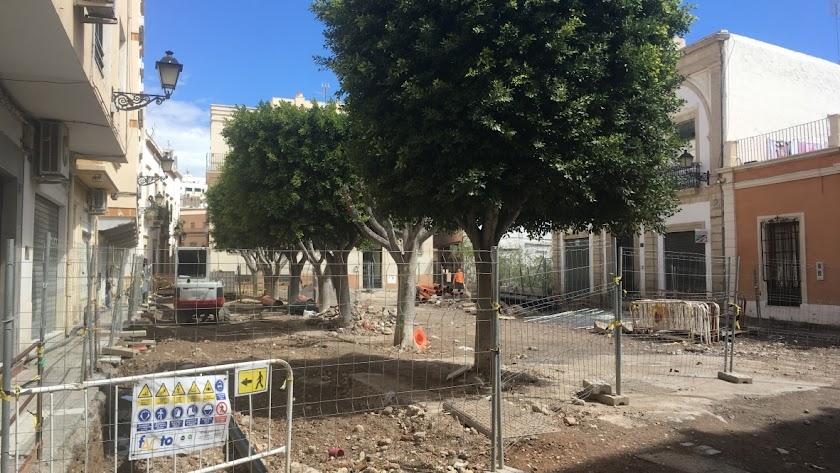 obras detenidas, como la de la Plaza Careaga, a la espera de que acabe el confinamiento, a la espera de que vuelva la vida a la ciudad.