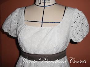 Photo: Vestido Império ( 1810) em lese de algodão, forrado com algodão e faixa abaixo do busto.   Site: http://www.josetteblanchard.com/  Facebook: https://www.facebook.com/JosetteBlanchardCorsets/  Email: josetteblanchardcorsets@gmail.com josetteblanchardcorsets@hotmail.com