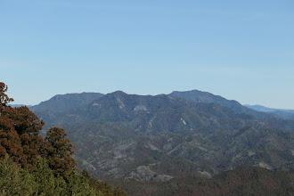 鳳来寺山(右に宇連山、左に棚山)