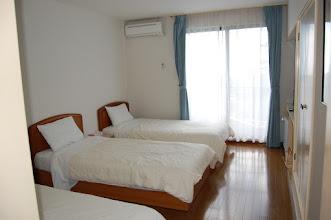 Photo: 201号室 洋室3名部屋 テレビ有、エアコン有、冷蔵庫有、 トイレ有、バスルーム無