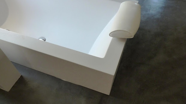 Sol de salle de bain design en béton ciré
