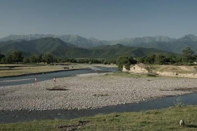 Bewohner von Kvemo Alvani baden in Fluss Alazan.