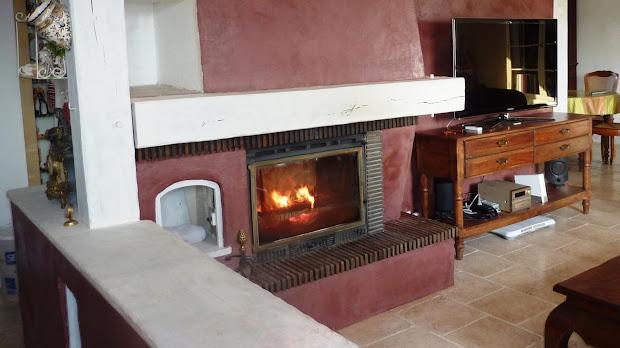Une cheminée colorée en béton ciré donne de la luminosité à votre espace de vie