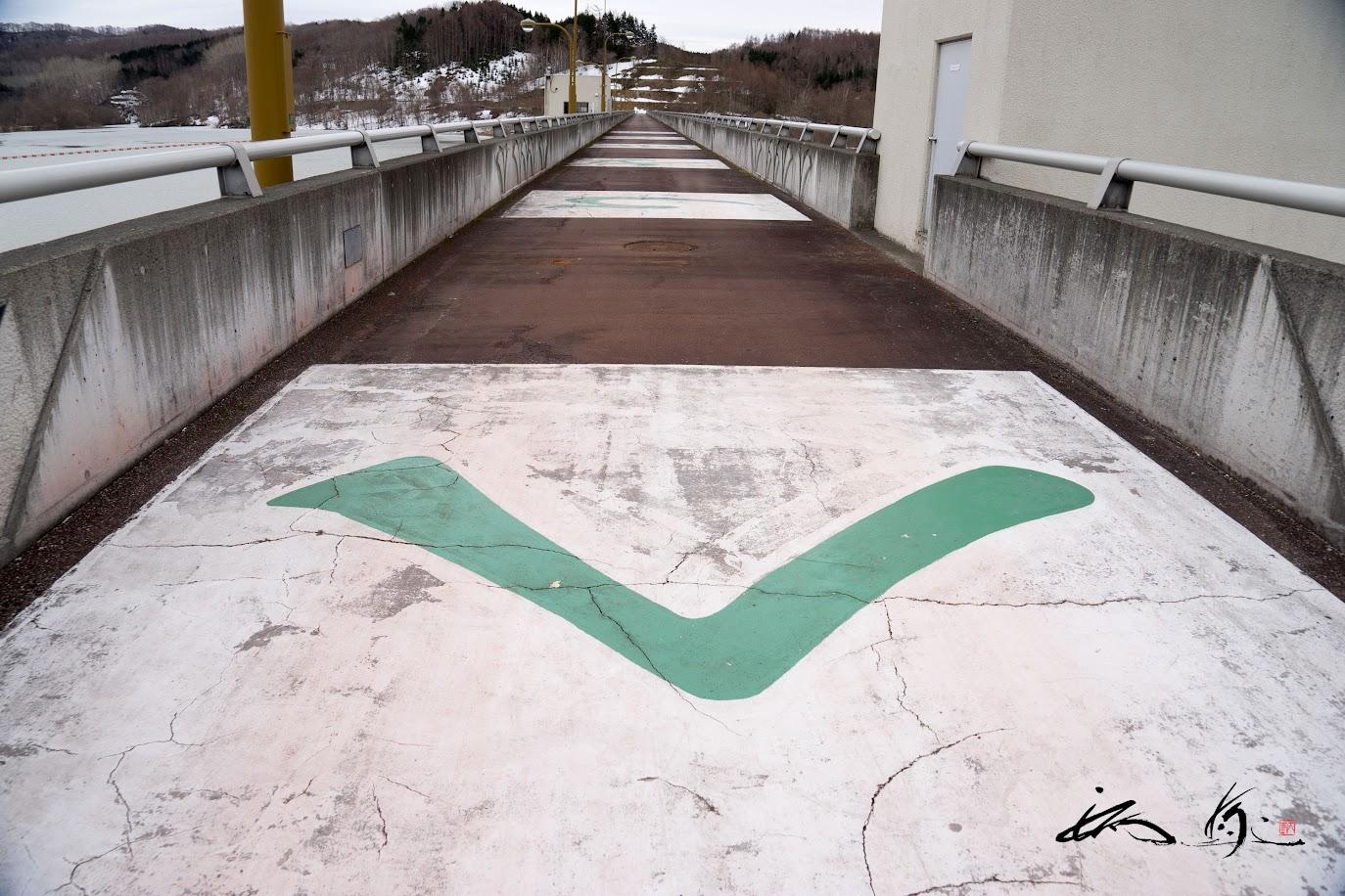 栗山ダム天端道路に書かれたくりやまの文字