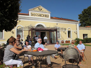 Photo: It.s4HR40-141010MonteS.Angelo, restaurant San Michele, dans ancien couvent, en terrasse, attente du regroupement  IMG_6047
