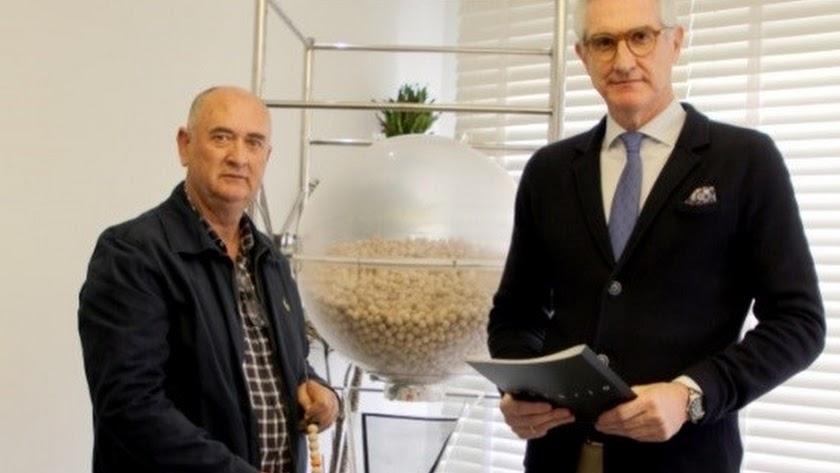 Cristóbal Martín, presidente de Campoejido, y Eduardo Echevarría, notario que ha presenciado el sorteo.