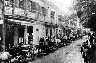 Photo: Carruagens estacionadas em frente ao Grande Hotel Bragança, localizado aonde hoje está o prédio do Banco do Brasil e a Rua Alencar Lima. Foto da segunda metade do século XIX