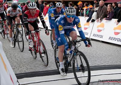 🎥 Remco Evenepoel beleeft moeilijk momentje op podium na zege van zijn team in sprintkoers