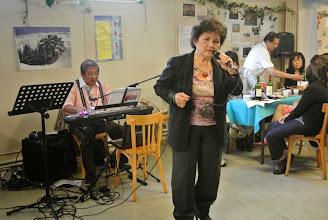 Photo: Elle chante admirablement bien, une belle voix chaude et pénétrante