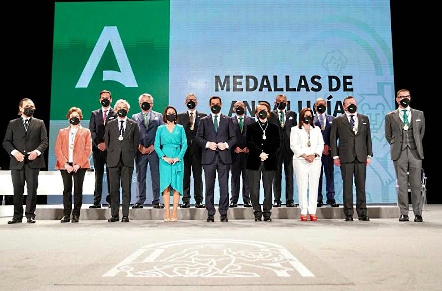 El presidente de la Junta de Andalucía y la presidenta del Parlamento Andaluz con los galardonados.