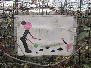 Photo: heb de indruk dat de posters niet gelezen worden gezien wat er allemaal op de grond ligt van de hondeninhoud