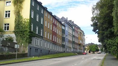 Photo: Häuser an einem früheren Teil der Buscheystraße, welche heute zum Bergischen Ring gehören, gesehen vom Osteingang des Buschey-Parks aus.