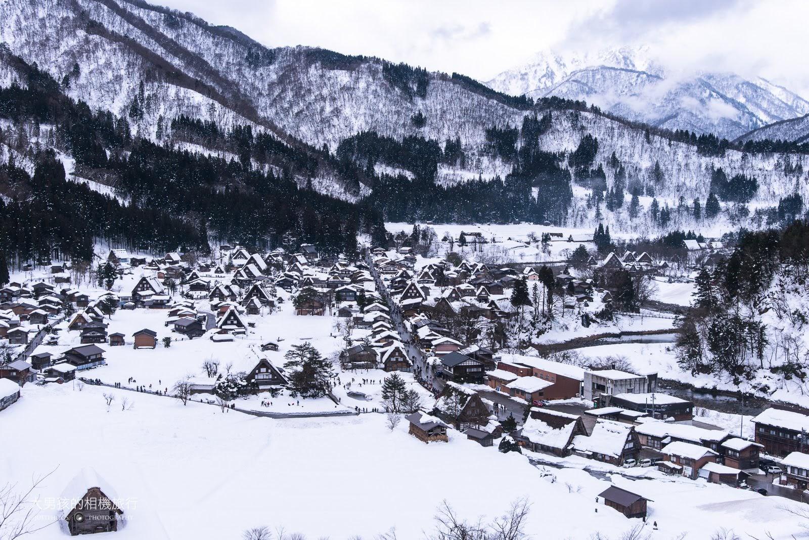 白川鄉合掌村天守閣白天雪景。