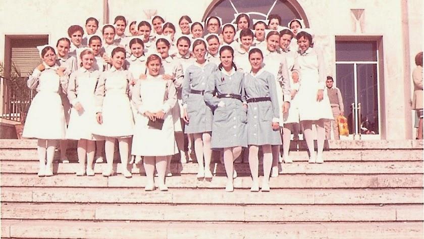 Promoción de la Escuela de Enfermería, dirigida por Hermelinda Díez, posando en la escalinata del Hospital en 1974.