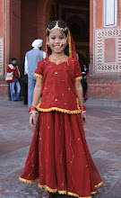 Photo: Intialainen nuori turisti TajMahalilla