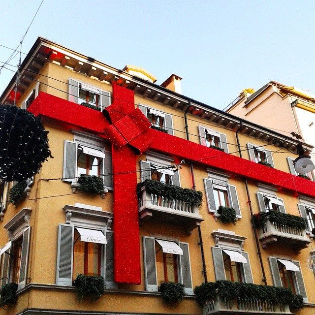 Palazzi Regalo 🎀🎁🎄  #Natale #Christmas2014 #Milano #red #pacchiregalo #fiocco #nastrorosso #sky #cielo #palazzo #palazzoinfiocchettato #nastro #regali #Instaphoto #Instalike #instalove #Like4like #Tags4tags #Followme #Colors #photowall #Instagall di isabellareds