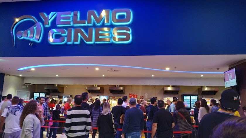Once pantallas han caído en la zona interior de la barra de servicio de la cafetería del cine.