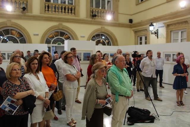 Público asistente en el Patio de Luces de la Diputación a la inauguración de la exposición de Pérez Siquier.