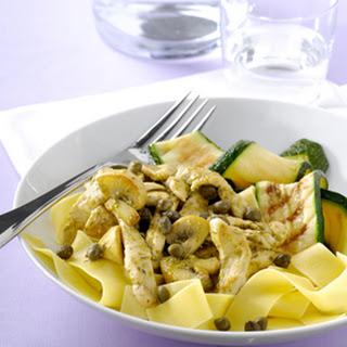 Geroerbakte Kip Met Pesto, Kappertjes, Gegrilde Groente En Pappardelle