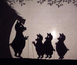 Photo: Die drei kleinen Schweinchen   Abschied von der Mutter