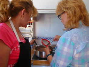 Photo: Nati y Maira haciendo tarta de tres chocolates