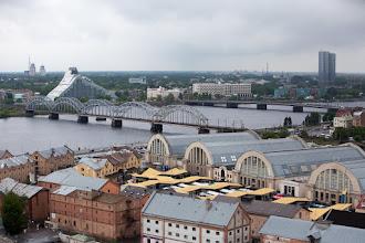 Photo: Les bâtiments Zépelin (marché) la Daugava et la bibliothèque nationale
