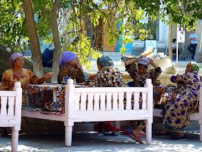 Photo: Auch Straßenverkäuferinnen machen Mittagspause am Labi Hauz.