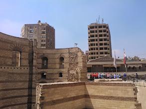 Photo: ya en el barrio copto, la foto muestra ruinas romanas y, al fondo, la estación del metro donde me bajé