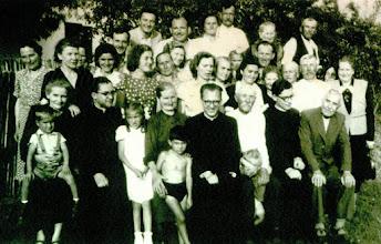 Photo: Kele Pál atya elsőszentmiséje után a családjával. 1954 június 27